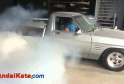 Bocah Umur 7 Tahun Suka Burn-out Mobil Bapaknya
