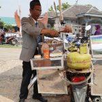 Cuma di Indonesia, 5 Penjual Makanan ini Dandan Aneh Agar Dagangannya Laris
