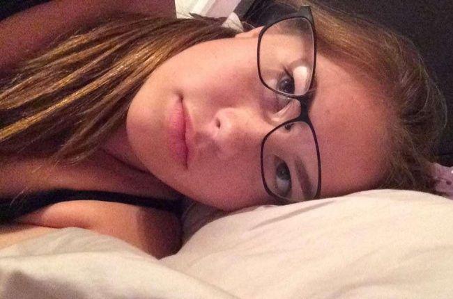 cewek-kacamata-tiduran