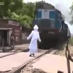 Gagal Baca Mantra, kakek Ini Hampir Ketabrak Kereta